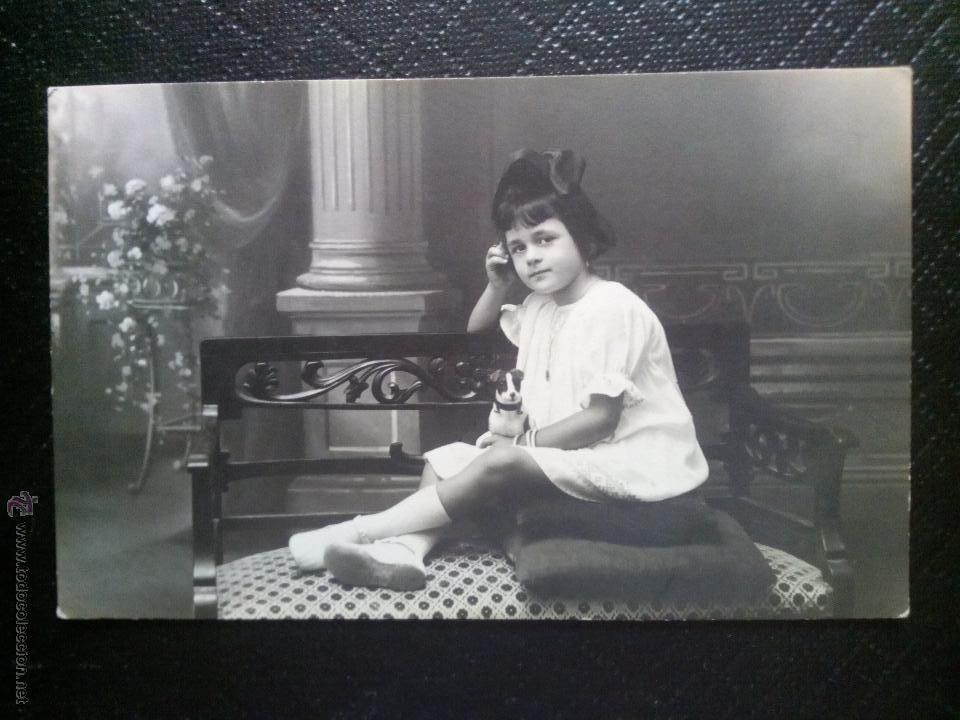 TARJETA POSTAL FOTOGRÁFICA RETRATO DE NIÑA SENTADA EN UNA SILLA ESTUDIO NYSSEN BADALONA (Postales - Postales Temáticas - Niños)