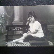 Postales: TARJETA POSTAL FOTOGRÁFICA RETRATO DE NIÑA SENTADA EN UNA SILLA ESTUDIO NYSSEN BADALONA. Lote 50544365