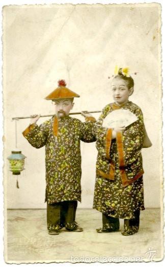TARJETA POSTAL, DOS NIÑOS DISFRAZADOS DE CHINOS. AÑOS 1930. (Postales - Postales Temáticas - Niños)