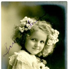 Postales: POSTAL FOTOGRÁFICA, NIÑA CON RAMO DE FLORES, HACIA 1910. Lote 55718192
