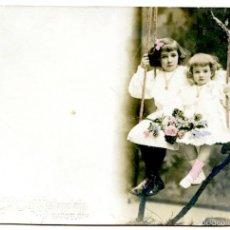 Postales: POSTAL FOTOGRÁFICA COLOREADA DEL ESTUDIO NAPOLEÓN, DOS NIÑAS EN COLUMPIO, HACIA 1910. Lote 55718227