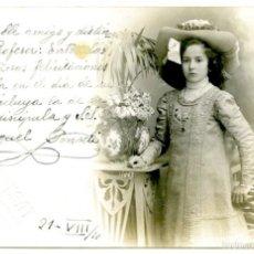 Postales: POSTAL FOTOGRÁFICA DE FABREGAT, NIÑA CON SOMBRERO A SU MAESTRO 1910. Lote 55718257