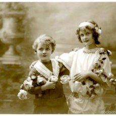 Postales: POSTAL FOTOGRÁFICA, NIÑOS CON GUIRNALDAS DE FLORES 1916. Lote 55718275