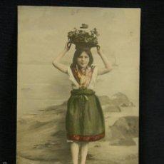Postales: POSTAL NIÑA PORTANDO CESTO FLORES SOBRE CABEZA EN PLAYA GIJÓN ASTURIAS 1903 . Lote 58410800