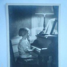 Postales: FOTO POSTAL NIÑA TOCANDO EL PIANO. ESCRITA 1924.. Lote 58744745