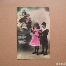 Postales: NIÑO,ANTIGUA POSTAL COLOREADA CON ORACION A LA VIRGEN DEL CARMEN, AÑOS 30. Lote 62427076