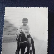 Postales: ANTIGUA FOTOGRAFÍA. NIÑO MONTADO EN CABALLO DE RUEDAS. JUGUETE. FOTO AÑOS 50.. Lote 64284511