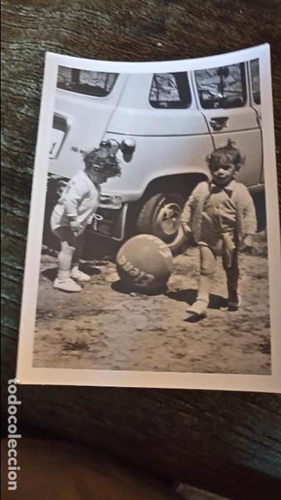 ANTIGUA FOTOGRAFÍA. NIÑOS JUGANDO CON BALON PUBLICITARIO DE JABÓN DETERGENTES ELENA. FOTO. (Postales - Postales Temáticas - Niños)