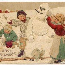 Postales: FELIZ AÑO NUEVO. NIÑOS CON MUÑECO DE NIEVE, EN RELIEVE. Lote 67333713