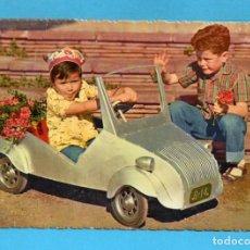 Cartoline: PAREJA CON SU COCHE BISCUTER CIRCULADA AÑO 1960. Lote 74250947