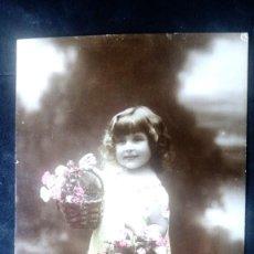 Postales: ANTIGUA POSTAL, NIÑA CON DOS CESTAS DE FLORES, ESCRITA AÑO 1920. Lote 74917363