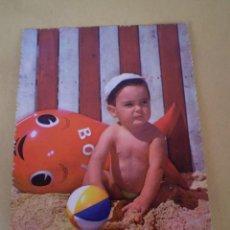 Postales: POSTAL FOTOGRAFICA AÑOS 50 NIÑO JUGANDO EN PLAYA - ESCRITA. Lote 75269171