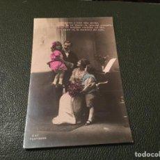 Postales: ANTIQUÍSIMA TARJETA POSTAL COLOREADA - NIÑOS CON SUS PAPÁS - ESCRITA . Lote 77932465