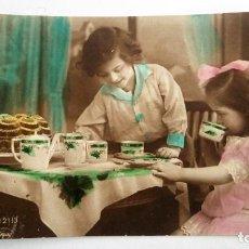 Postales: POSTAL DOS NIÑAS TOMANDO EL DESAYUNO - TOLEDO 1924. Lote 84081788