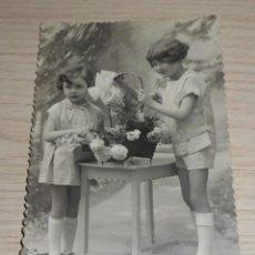 Postales: FOTO POSTAL TROQUELADA EN BORDE - NIÑAS CON FLORES - 1117/5 - ESCRITA EN REVERSO - AÑOS 40/50. Lote 86711872