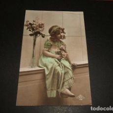 Postales: NIÑA CON FLORES POSTAL 1920. Lote 93820340