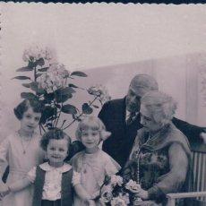 Postales: POSTAL FOTOGRAFICA RETRATO FAMILIA CON 3 NIÑOS - FLORES - 1185/1 PD - ESCRITA. Lote 95305819