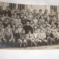 Postales: FOTO-POSTAL CON NIÑOS POSANDO JUNTO RELIGIOSO. Lote 99970019