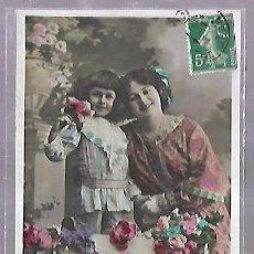 Postales: TARJETA POSTAL DE INFANTIL. MADRE Y NIÑA CON FLORES. Lote 104024715