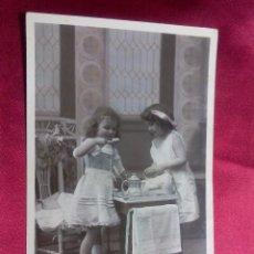 Postales: BONITA POSTAL. NIÑAS ALMORZANDO. MARQUE ETOILE. PARIS.. Lote 104536887