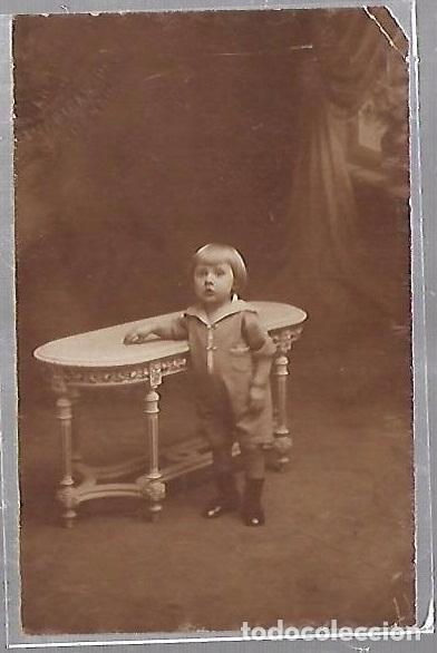 TARJETA POSTAL DE INFANTIL. FOTOGRAFIA DE NIÑA POSADA EN MESA (Postales - Postales Temáticas - Niños)