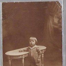 Postales: TARJETA POSTAL DE INFANTIL. FOTOGRAFIA DE NIÑA POSADA EN MESA. Lote 104569375