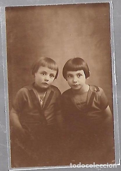 TARJETA POSTAL DE INFANTIL. FOTOGRAFIA ESTUDIO DE DOS NIÑOS (Postales - Postales Temáticas - Niños)