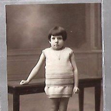 Postales: TARJETA POSTAL DE INFANTIL. FOTOGRAFIA ESTUDIO DE NIÑA POSADA SOBRE UNA MESA. Lote 104570035