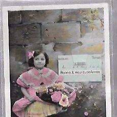 Postales: TARJETA POSTAL DE INFANTIL. NIÑA POSANDO CON FLORES. Lote 104571107