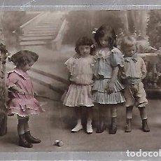 Postales: TARJETA POSTAL DE INFANTIL. NIÑOS JUGANDO AL TROMPO. Lote 104573447