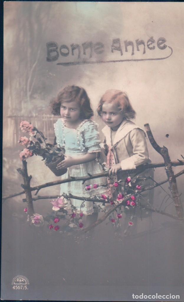 POSTAL NIÑOS FELICITANDO AÑO NUEVO - NAVIDAD - VESTIDOS - MACETA - 4567/5 R K - CIRCULADA (Postales - Postales Temáticas - Niños)