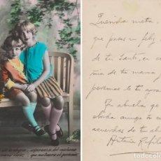 Postales: POSTAL DE DOS NIÑAS SENTADAS, COLOR, AÑOS 1930'S. Lote 109444191