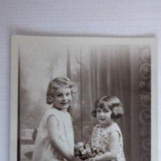 Postales: POSTAL NIÑAS CON FLORES, CIRCULADA AÑO 1935. Lote 110205791