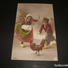 Postales: NIÑOS PERSIGUIENDO A UN GALLO POSTAL. Lote 110206891