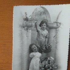 Postales: PRECIOSA TARJETA POSTAL NIÑOS AÑOS 40 BLANCO Y NEGRO TROQUELADA Y SIN USO. Lote 119365291