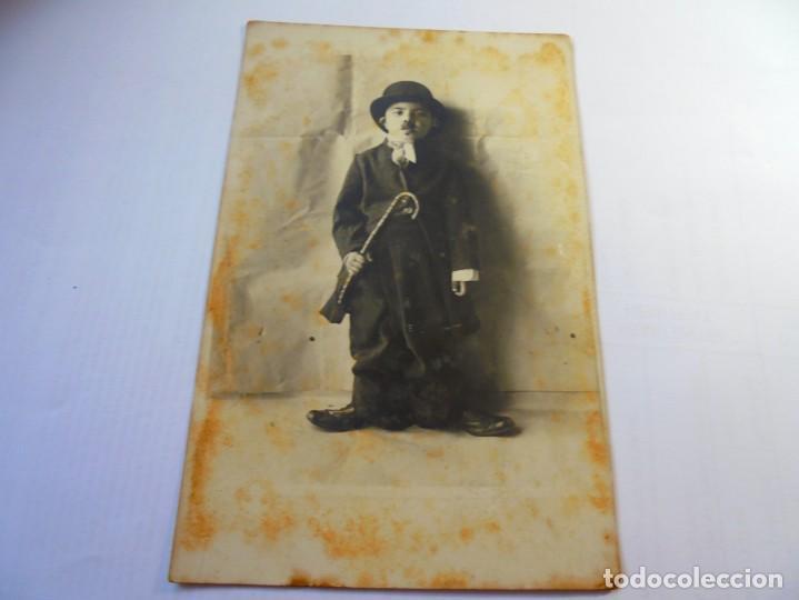 MAGNIFICA FOTO POSTAL ANTIGUA SOBRE 1920,NIÑO DISFRAFADO DE CARLOT (Postales - Postales Temáticas - Niños)