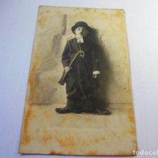 Postales: MAGNIFICA FOTO POSTAL ANTIGUA SOBRE 1920,NIÑO DISFRAFADO DE CARLOT. Lote 135011898