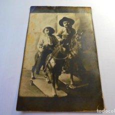 Postales: MAGNIFICA FOTO POSTAL ANTIGUA SOBRE 1920,NIÑOS DISFRAFADOS DE PISTOLEROS. Lote 135012038