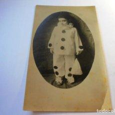 Postales: MAGNIFICA FOTO POSTAL ANTIGUA SOBRE 1920,NIÑO DISFRAFADO DE ARLEQUIN. Lote 135012242