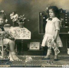 Postales: NIÑOS EN LA HABITACIÓN DE LOS JUGUETES-TREN-MUÑECA-FOTOGRÁFICA 1919- MUY RARA. Lote 135382266
