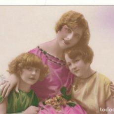 Postales: POSTAL: 1924 NIÑAS Y SU MADRE. Lote 137146114