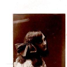 Postales: TARJETA POSTAL INFANTIL. FOTOGRAFIA DE ESTUDIO.UNA NIÑA VESTIDA DE EPOCA.. Lote 140089146