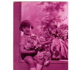 Postales: TARJETA POSTAL INFANTIL. NIÑO SENTADO EN UNA VENTANA CON UN RAMO DE FLORES.. Lote 140089938