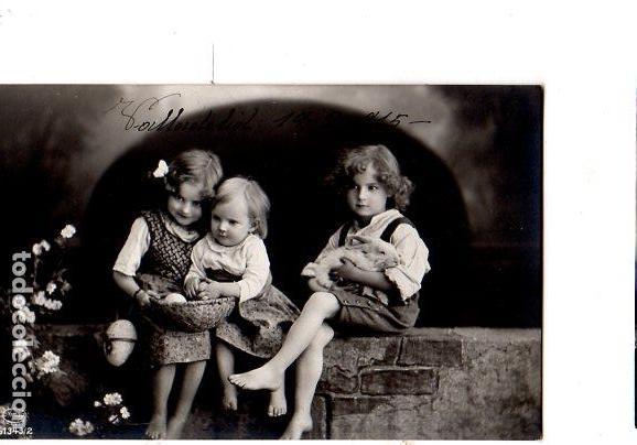 TARJETA POSTAL INFANTIL. NIÑOS SENTADOS EN UNA MURALLA. 1915. (Postales - Postales Temáticas - Niños)