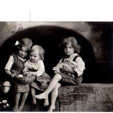 Postales: TARJETA POSTAL INFANTIL. NIÑOS SENTADOS EN UNA MURALLA. 1915.. Lote 140091614