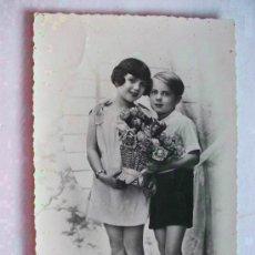 Postales: POSTAL GALANTE DE PAREJA DE NIÑOS CON RAMO DE FLORES. AÑOS 40. Lote 146047170