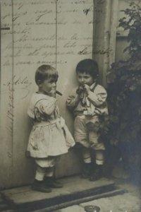 1905 Niños fumando puros. Postal antigua circulada 17/09/905