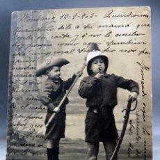 Postales: POSTAL NIÑOS JUGANDO A SOLDADOS SABLE DISFRAZ UNIFORME RPI CIRCULADA 1909 SIN DIVIDIR. Lote 169295788