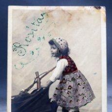 Postales: POSTAL NIÑA ABRIENDO PARAGUAS CLAYETRE PHOT PURPURINA ESCRITA PP S XX SIN DIVIDIR. Lote 169310316