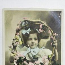 Postales: POSTAL COLOREADA, NIÑA CON CESTO CON FLORES, CIRCULADA SELLO BILBAO, AÑO 1906. Lote 170827455